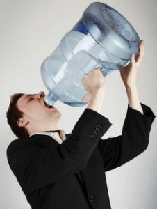 bebiendo la suficiente agua